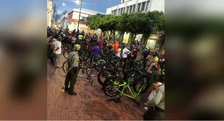 Protestas de ciclistas frente a la Alcaldía.