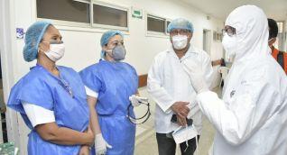 Durante el inicio de la pandemia, Carlos Caicedo asistió al Julio Méndez Barreneche usando traje biomédico.