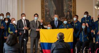 El Mandatario entregó el tricolor a la paratleta Érica Castaño y al para powerlifter Francisco 'Palo' Palomeque.