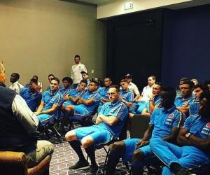 Carlos Páez, en charla con jugadores de la selección