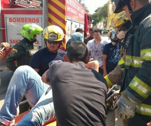 Bomberos de Santa Marta atendiendo a una de las personas lesionadas.