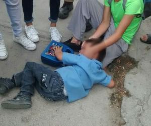 El niño accidentado se quejó de dolor en una de sus piernas.