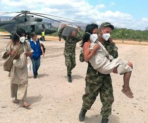 Indígenas recibiendo ayuda de la misión médica.