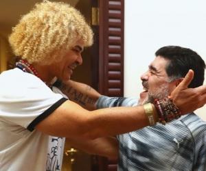 Carlos Valderrama se abraza con Diego Maradona.