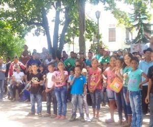 Decenas de personas se concentraron en la plaza para ver el show promocional del Festival del Indio Tayrona.