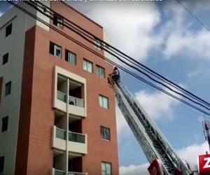 Momentos en personal del Cuerpo de Bomberos tratan de persuadir al cantante no se lanzará del quinto piso.