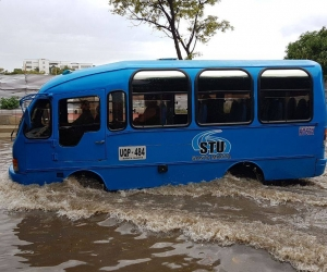 Hasta los buses pasan trabajo después de que llueve en esta zona del barrio Jardín.