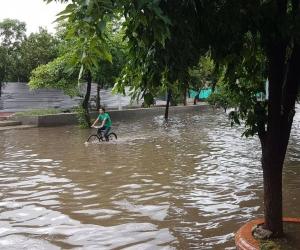 Otra de las imágenes de la lluvia que cayó este lunes en Santa Marta.