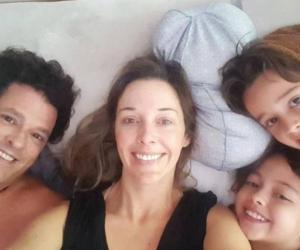 Carlos Vives y Claudia Elena Vásquez junto a dos hijos.