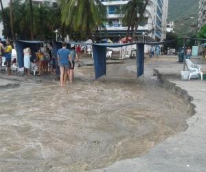 El impacto de la onda tsunami atravesó la playa de El Rodadero y llegó hasta las calles.