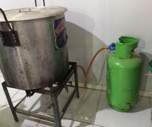 De manera improvisada y sin los mínimos requisitos de salubridad se fabricada el licor.