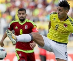 Radamel Falcao García disputa el balón con Tomás Rincón.