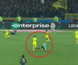 Momento exacto en que el árbitro lanza patada al defensor del Nantes.