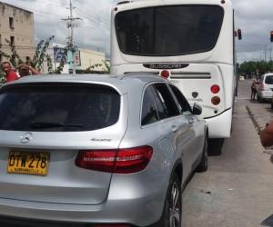 La camioneta Mercedes Benz chocó contra el bus de Transmetro.