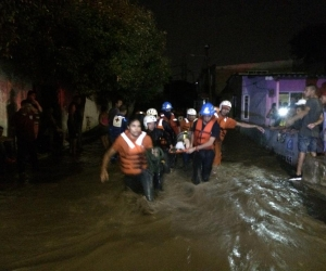 Momento en que autoridades rescatan a una persona afectada en Simón Bolívar.