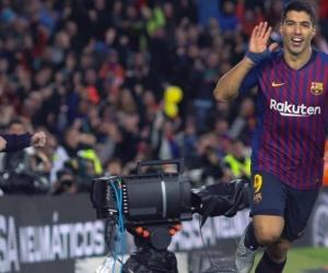 Luis Suárez celebrando su tercer gol en el partido.
