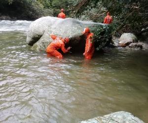 17 voluntarios y seis buzos de la Defensa Civil realizan la búsqueda del turista bogotano.