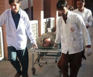 Imagenes de Paramédicos de Pakistán que transportan a un herido tras la explosión
