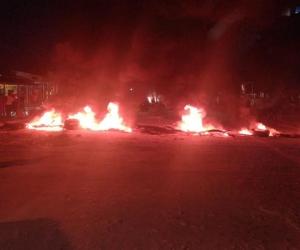 Los habitantes se cansaron de los malos olores y bloquearon la calle.