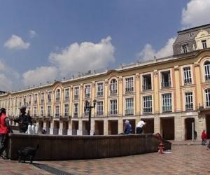 La Unesco cerró este sábado en Port Luis (Mauricio) su reunión del Comité de salvaguardia de patrimonio cultural inmaterial y escogió a Bogotá como sede de su próxima cita para valorar nuevas candidaturas.  Tras inscribir 31 nuevos sitios en esta Lista representativa del patrimonio cultural, la Unesco decidió que la próximas valoraciones de candidaturas se harán en la capital colombiana del 9 al 14 de diciembre de 2019.  De esta forma, Bogotá se convertirá en la primera ciudad de América Latina y el Caribe.