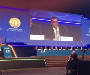 El general Jorge Luis Vargas, director de la Policía Judicial e Interpol, expone durante asamblea en Dubái.