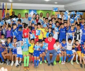 Ramón Jesurún llevó alegría a los niños y jóvenes del proyecto Fútbol por la Paz.