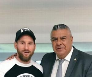 El máximo dirigente del fútbol argentino se reunió con el astro del Barcelona.