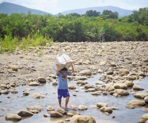 Ciudadano venezolano cruzando una trocha.