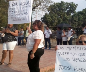 Con pancartas y arenca, piden que los venezolanos señalados como responsables paguen por lo que hicieron.