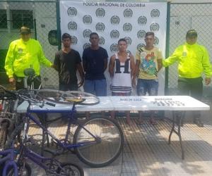 Les encontraron en su poder 79 bolsas de base de coca y 19 bolsas de marihuana listas para distribuir.