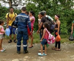 Autoridades apoyando a las familias afectadas.