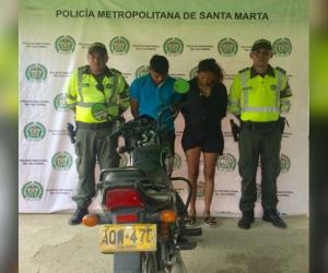Pareja capturada por presunto robo de motocicleta.