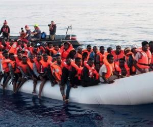 Barco con inmigrantes africanos en el Mediterráneo