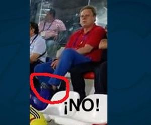 Ramón Jesurún con los pies encima de las sillas del Romelio Martínez.