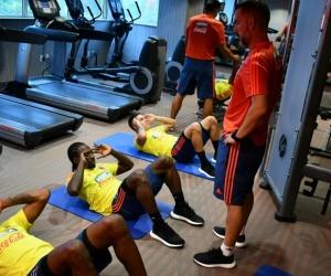 Jugadores de Colombia hacen trabajos de gimnasio.