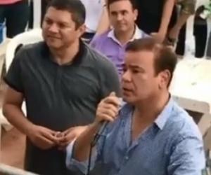 Ivan Villazon hablandole a Poncho Zuleta en medio de una presentación