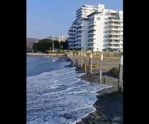 A primera vista, el que vea las imágenes pensará que nos están robando la playa.