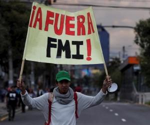 Manifestantes ecuatorianos protestan en las calles.