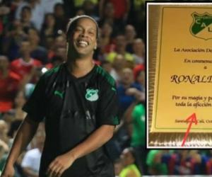 Ronaldihno con su placa conmemorativa entregada por el Deportivo Cali.