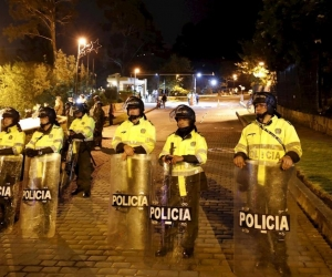 Los policías resultaron heridos en Bogotá y Cali.