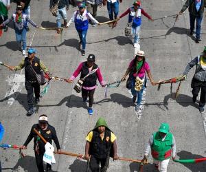 Guardia indígena en la marcha 4D en Bogotá