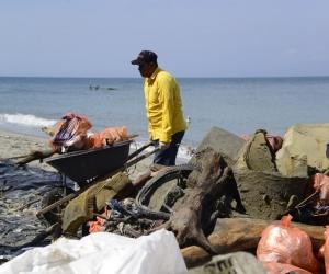 Colchones, partes de vehículos y electrodomésticos fueron retirados de las playas