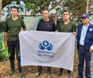 Liberados, junto a la comisión humanitaria a la que fueron entregados.