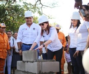 La Gobernadora puso la primera piedra de los parques.