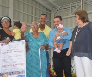 La señora Elizabeth Bornachera recibió el título de propiedad de su predio en Gaira.
