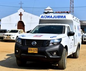 La ambulancia cuenta con características especiales que le permiten desplazarse con facilidad por terrenos difíciles.