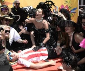 La Reina del Carnaval Carolina Segebre, con las demás viudas alegre, llorando la muerte de Joselito.