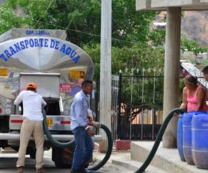 En 160 barrios de la ciudad se están abasteciendo con carrotanques.