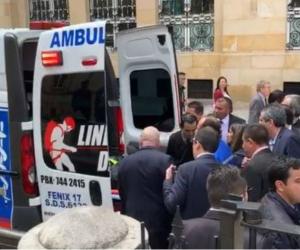 Jose Obdulio siendo sacado en ambulancia del senado