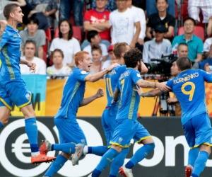 Jugadores de Ucrania celebran uno de los goles ante Corea.